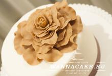 Свадебный торт в шоколадной гамме с кап-кейками