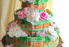 Трехъярусный свадебный торт-бочка с цветами и шоколадом
