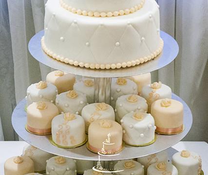 Свадебный двухъярусный торт с капкейками в оранжевой гамме