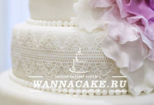 Четырехъярусный свадебный торт с кружевами