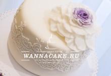 Свадебный торт на четырехъярусной подставке с набором маффинов