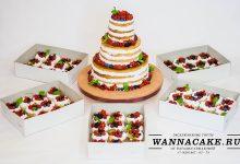 Большой голый ягодный свадебный торт с маффинами