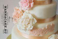 Стильный нежный свадебный торт с элементами кружева и цветочной композицией