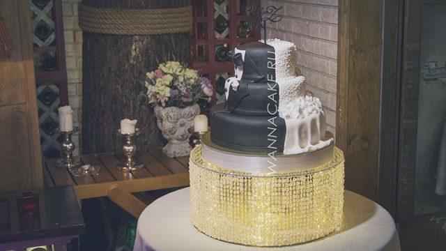 Свадебный торт в три яруса на подставке с подсветкой